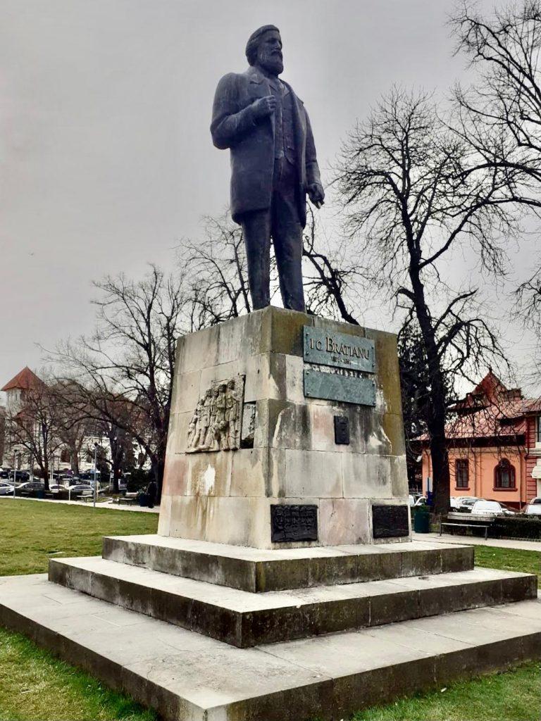 Brătianu și Țăranul Român, statui cu istorii ciudate