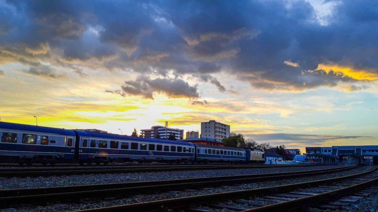 Viteza trenurilor pe relația București-Pitești va crește la 120 km/h
